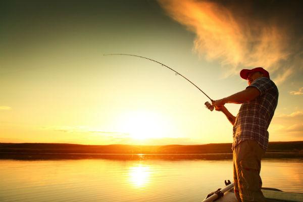 Магазин товаров для рыбалки: персонал и оборудование (фото: Dudarev Mikhail - Fotolia.com).