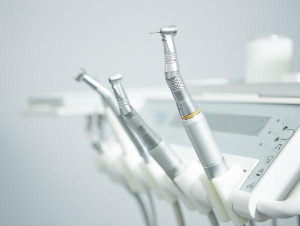 Какое оборудование нужно приобрести для стоматологического кабинета (фото: Robert Kneschke - Fotolia.com).