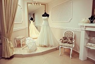 В свадебном салоне важно все: от интерьера до ассортимента (фото: vivadeluxe-bridal.com).
