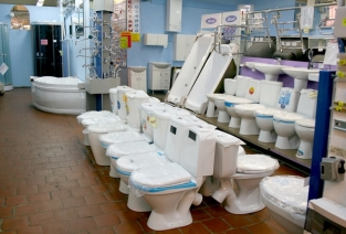 Какие нюансы стоит учесть перед открытием магазина сантехники? (Фото: expertcen.ru)