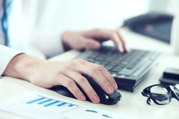Форму 4 подписывают руководитель организации и главный бухгалтер (фото: stokkete - Fotolia.com).