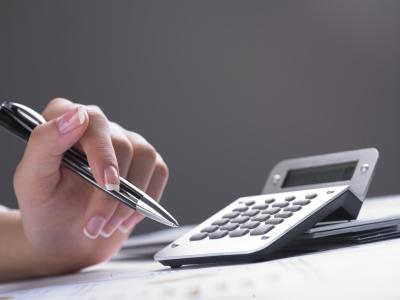 Считаем деньги и планируем прибыль от школы иностранных языков (фото: freedigitalphotos.net).