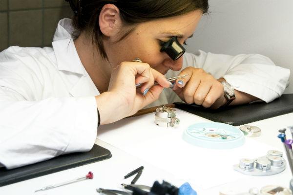 Если вы открываете ломбард, понадобятся квалифицированные оценщики (фото: MaxTiberio - Fotolia.com).