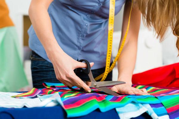 Ремонт и пошив одежды: что выбрать (фото: Kzenon - Fotolia.com).